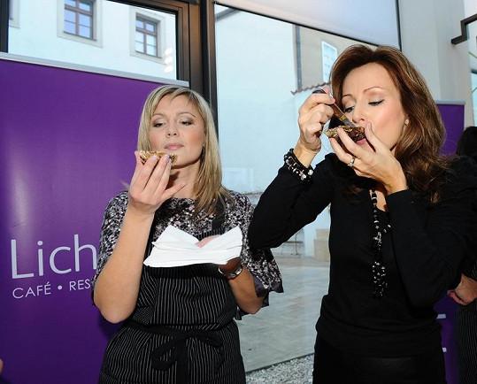 Kateřina Brožová a Monika Židková si pochutnávaly na opravdu čerstvých ústřicích.