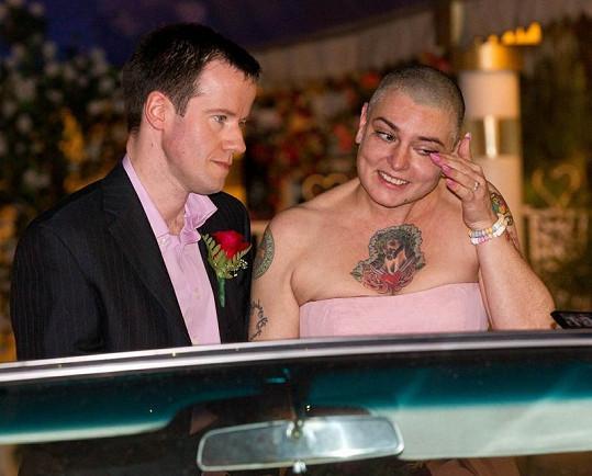 Dojaté Sinead O'Connor při obřadu ukápla slza.