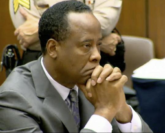 Lékař Conrad Murray při vynášení rozsudku.