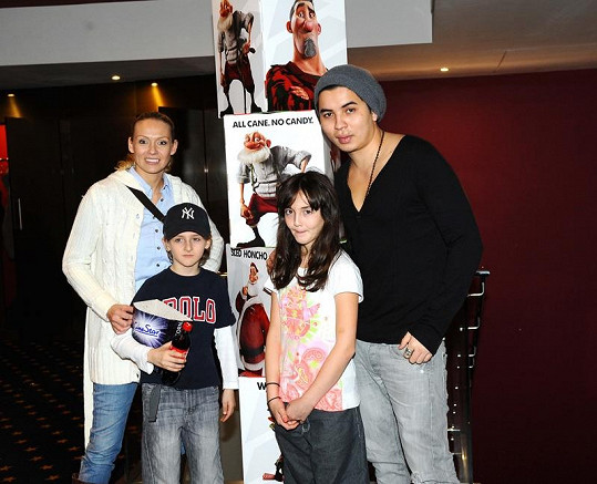 Spokojená rodinka v kině.