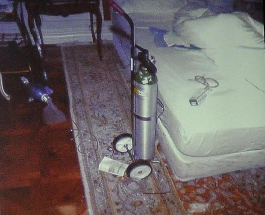Ložnice Michaela Jacksona. Vedle postele měl kyslíkovou lahev.