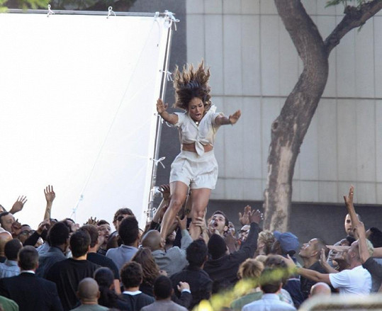 Jennifer Lopez skáče do davu.