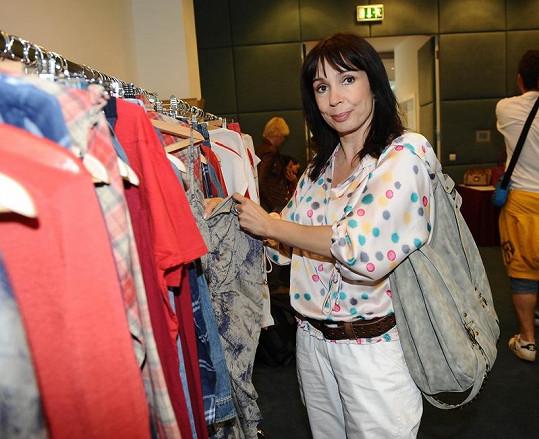 Vybrat oblečení si přišla i Nela Boudová.