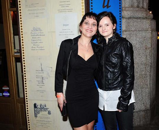 Alena Mihulová s dcerou Karolinou na premiéře filmu Okresní přebor.