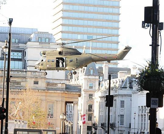 Vrtulník Královského letectva s Tomem Cruisem přistává na Trafalgarském náměstí.
