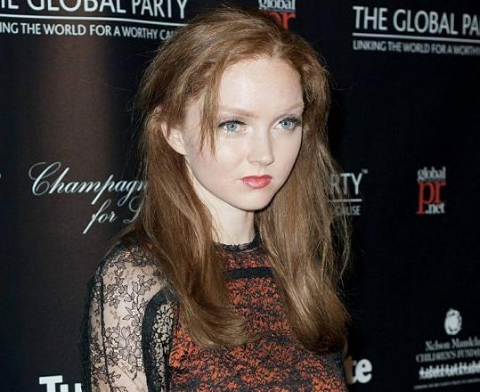 Lily vypadá se svým tvarem obličeje jako mimozemská kráska. Připomíná však i porcelánovou panenku.