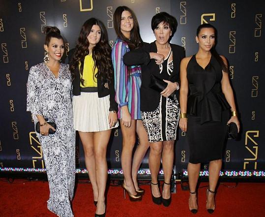 Slavné sestry spolu s jejich maminkou Kris Jenner (druhá zprava).
