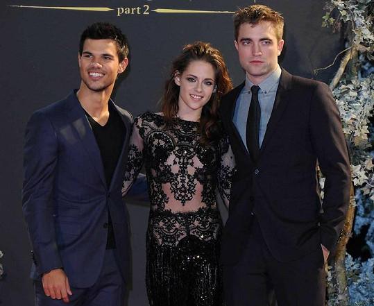 Kristen s přítelem Robertem Pattinsonem a Taylorem Lautnerem.
