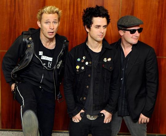 Skupina Green Day: Baskytarista Mike Dirnt, Billie Joe Armstrong a bubeník Tre Cool (zleva).