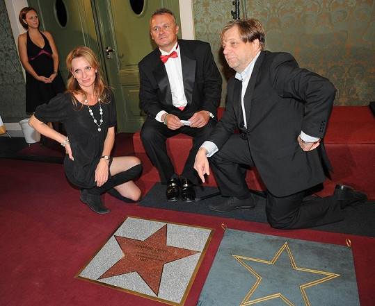Ivana Chýlková, ředitel karlínského divadla Egon Kulhánek a Milan Šteindler u nového chodínku slávy.