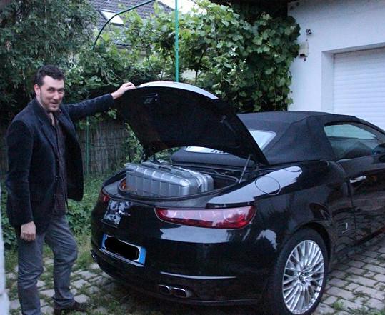 Domenico ukazuje, jak se Ivetino cestovní zavazadlo nevejde do kufru auta.