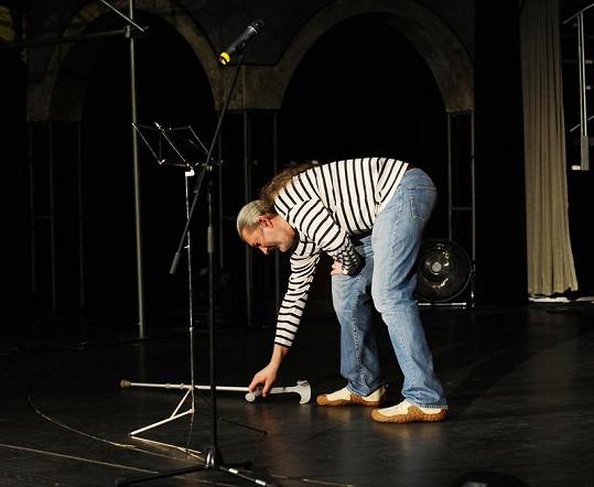 Na vystoupení si Hůlka hůl odložil.