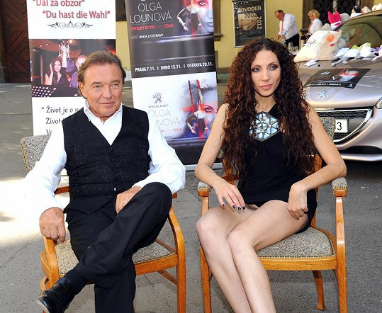 Karel Gott a Olga Lounová na tiskové konferenci k písni Dál za obzor.