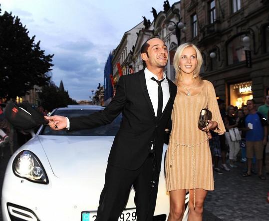 Sámer Issa přijel na svoji narozeninovou oslavu s krásnou blondýnkou. Přivezla je luxusní limuzína.