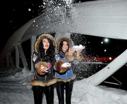 Agáta s Hankou Svobodovou mezi sněhovými vločkami.