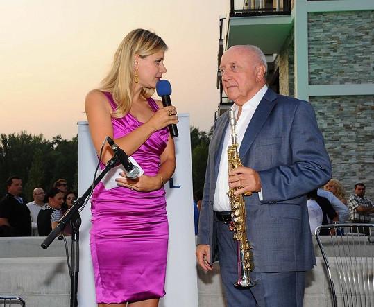 Lucie Koňaříková Salamé na pódiu s Felixem Slováčkem.