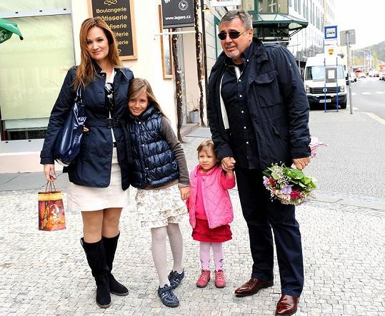 Klára Doležalová s manželem a dcerami Natálkou a Miou na oslavě narozenin synů Štěpánky Duchkové.