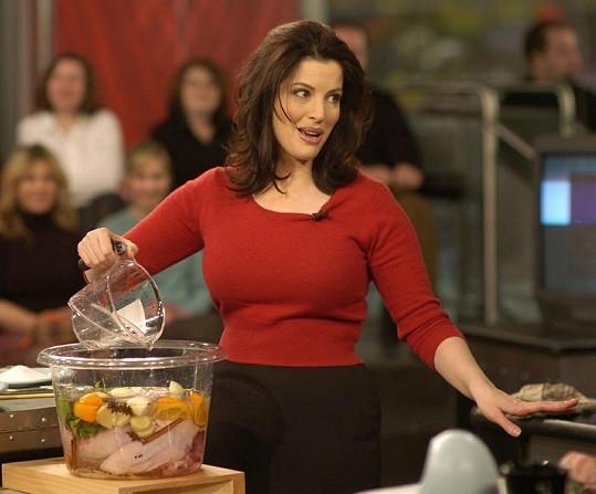 Nigella Lawson ve svém pořadu o vaření učarovala divákům nejen vařením, ale i sexy vytvarovanou postavou.