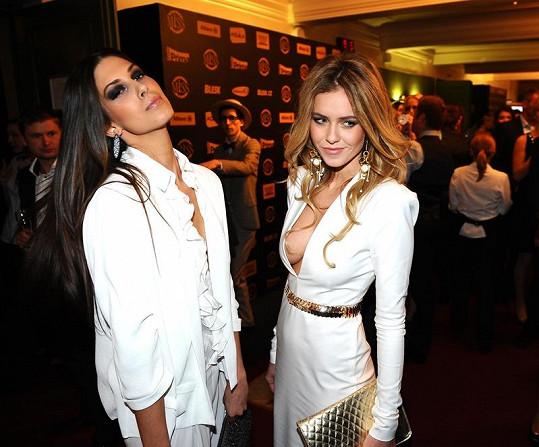 Aneta Vignerová a Veronika Machová, která málem neudržela ňadra v odvážných šatech.
