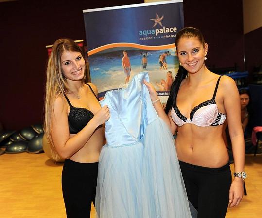 Finalistky soutěže Miss Hasička Alena a Martina zkoušely šaty na finále.