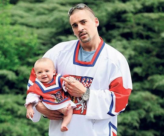 Tomáš Plekanec se s malým Plekym rád vyfotí.