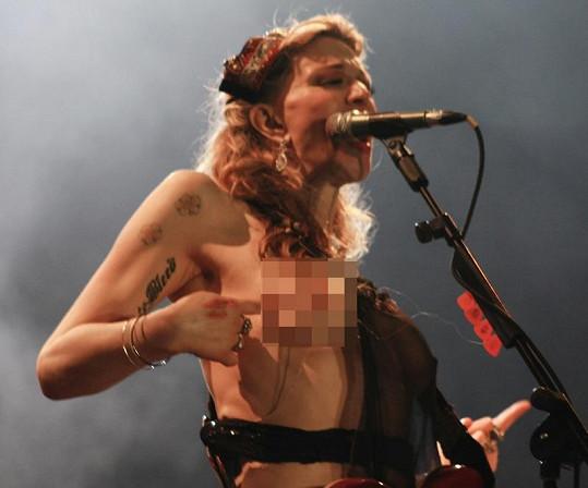 Courtney to na koncertě v Brazílii pěkně rozjela.