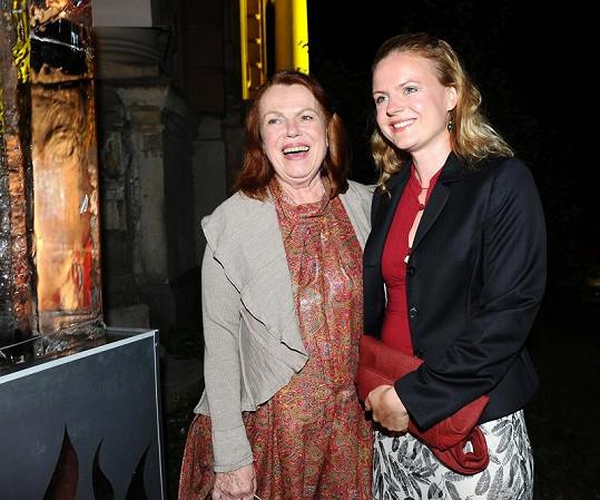 Iva Janžurová hraje s dcerou Sabinou Remundovou v divadle.