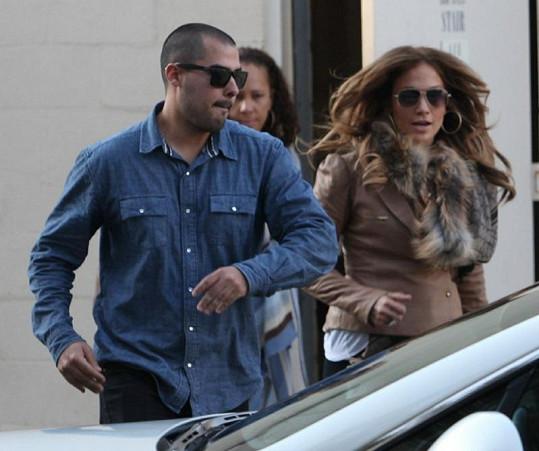 Zpěvačka Jennifer Lopez a její mladičký přítel Casper Smart.