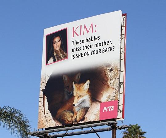 Billboard kritizující milovnici kožešin Kim Kardashian.