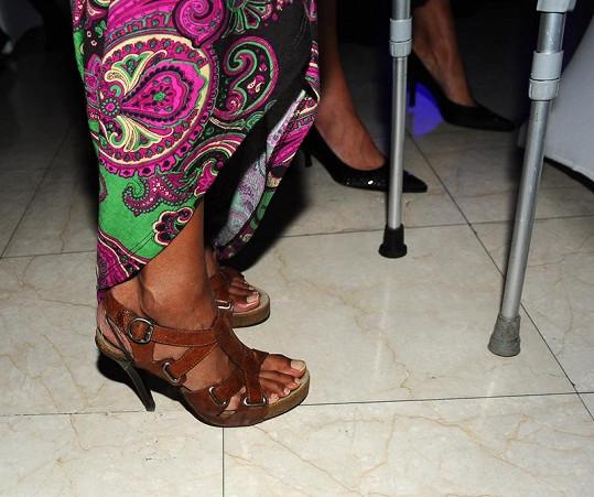 Lejla ukázala botky na podpatku.