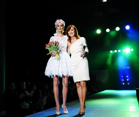 Denisa Dvořáková s návrhářkou Beatou Rajskou.
