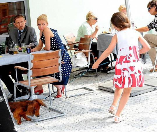 Filmová rodinka při natáčení v kavárně v pražských Dejvicích.