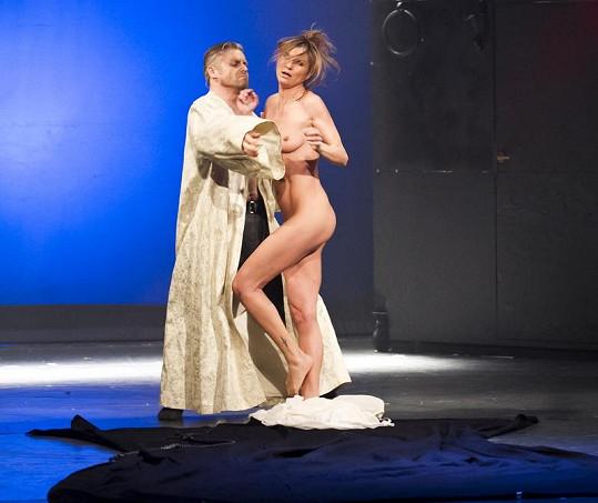 Striptérka při představení Lucrezia Borgia předvedla ze svého těla vše.