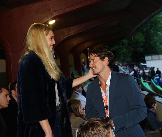 Taťána Kuchařová něžně hladí přítele Lana Carlsona.