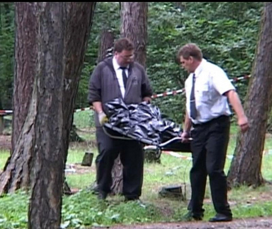 Pohřební služba odnáší tělo mrtvého Zdeňka Švarce.
