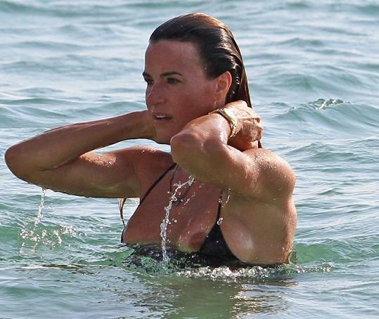 Kelly Bensimon a její neposlušné bikini.