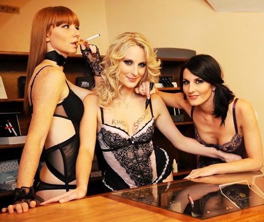 Trojice dívek z kdysi slavné skupiny Holki v negližé.
