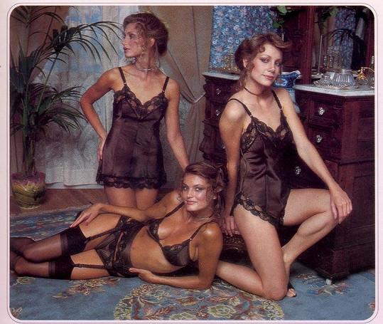 Saténové noční košilky i prádlo byly v kurzu.