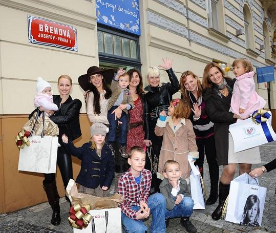 Slavné maminky na opening párty nového obchodu s dětským oblečením.