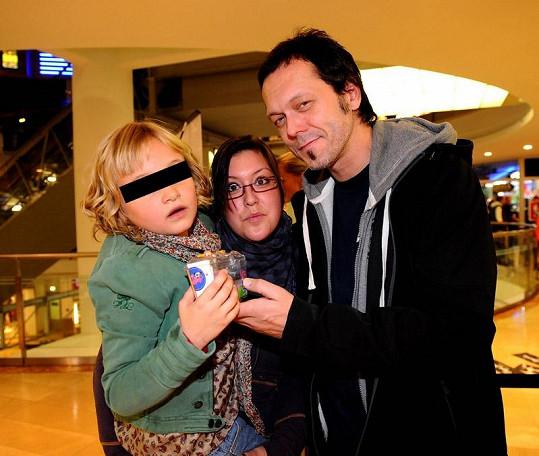 Viktor s nevlastní dcerou a vlastní Veronikou.