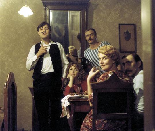 Heřmánek (vlevo) v jedné ze svých nejznámějších rolí ve filmu Fešák Hubert (1984)
