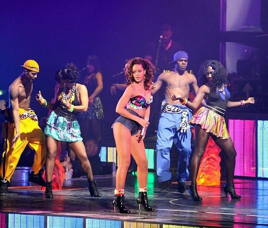 Rihanna během Loud Tour v Paříži.