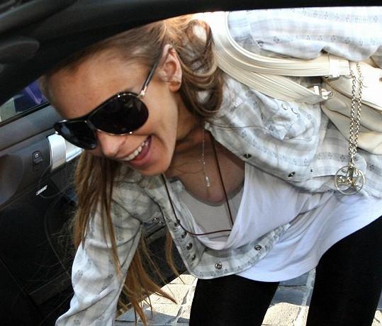 Lindsay Lohan před dvěma lety v Kalifornii během nastupování do automobilu.