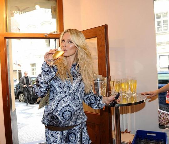 Šampaňského si těhotná modelka lokla jen symbolicky.