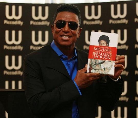 Jermaine Jackson představuje svou vzpomínkovou knihu.