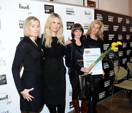 Návrhářka Maja Boživic byla Simonina favoritka, a tak byla modelka ráda, že jí jako patronka Prague Fashion Weekendu mohla předat hlavní cenu.