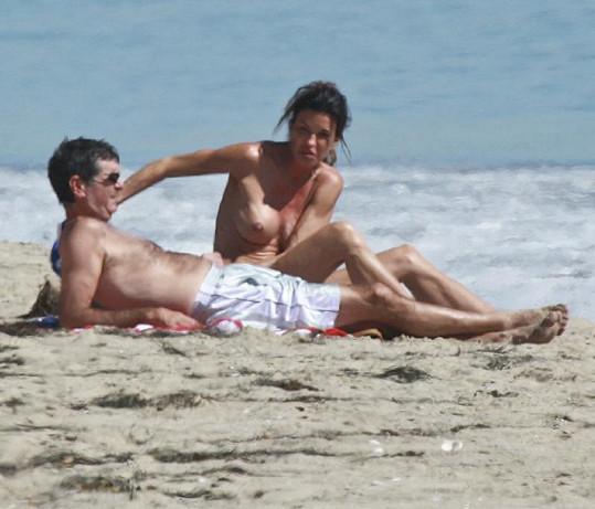 Janice Dickinson s přítelem na pláži v Malibu.