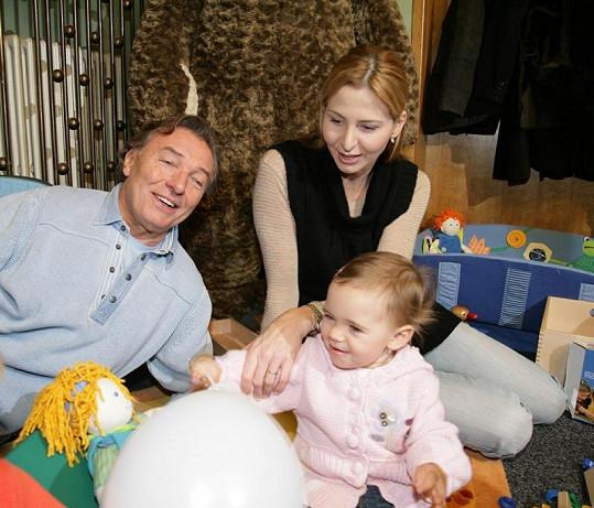 Spokojená rodinka s dcerou Charlotte.