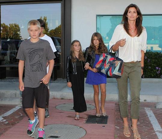 Cindy Crawford s synem Presleym (vepředu), dcerou Kaiou a jejich přáteli.