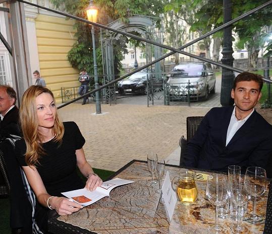 Pavlína Němcová s Milanem Vopičkou na aukci.